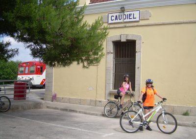http://www.cabanascaudiel.es/wp-content/uploads/2013/05/Ciclistas-en-la-estación-de-Caudiel-1.jpg